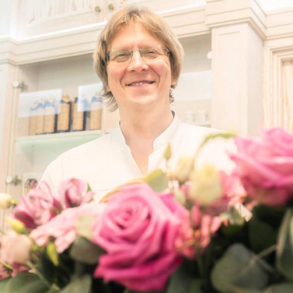 Доктор Ведов с цветами